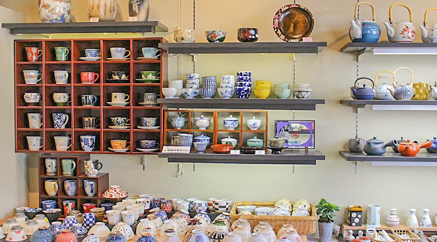 様々なジャンルのお料理が並ぶ現代の日本の食卓で、盛り栄えのする器・収納しやすい器 食洗機に入る器・季節感が出せる器・・と多用なニーズが求められます。お客さまのニーズにより多くお答えできるよう頑張っております。